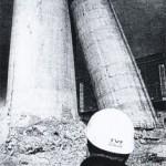 Sprengung geglückt, Sockel blieb trotzdem stehen: Ein Mitarbeiter der Recycling-Firma TVF-Altwert betrachtet das Ergebnis der Schornstein-Detonation auf dem Kraftwerksgelände Thierbach. Der breite Sockel des 300-Meter-Schornsteines kippte nicht um, weil er einen Halt an der herabgestürzten Spitze fand.