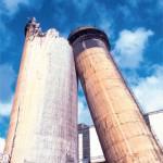 """""""Zwischenspiel"""" beim Rückbau des Schornsteins des Kraftwerks Thierbach im Jahr 2002. Foto: TVF Altwert GmbH"""